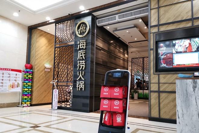 Khi giới trẻ Trung Quốc không muốn làm phục vụ bàn, các cửa hàng đành nhờ cậy vào robot - ảnh 2