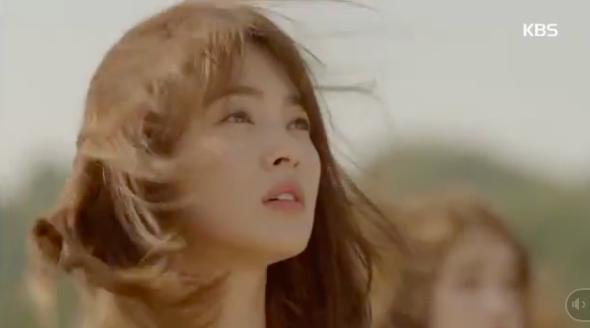 Cùng cảnh chiếc khăn gió lạnh: Song Hye Kyo gặp đức lang quân, Suzy (Vagabond) rơi vào tầm bắn! - ảnh 6