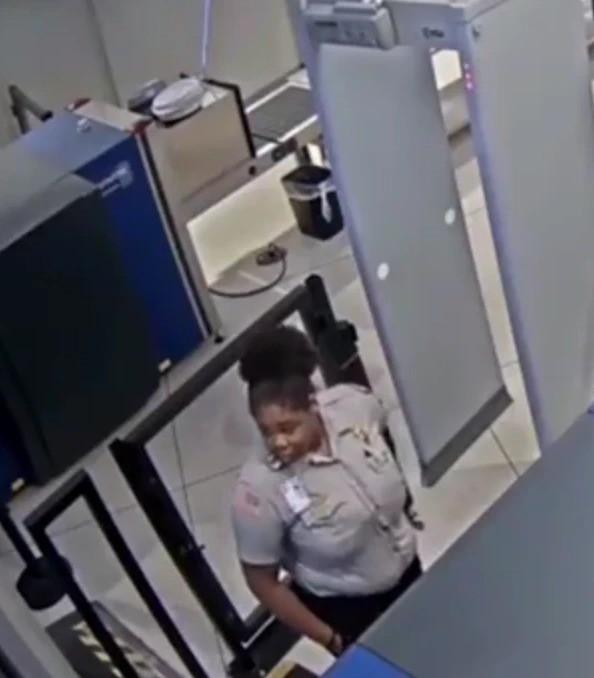 Nữ nhân viên sân bay Mỹ bày trò giễu cợt ngoại hình hành khách khiến dân mạng phẫn nộ - ảnh 4