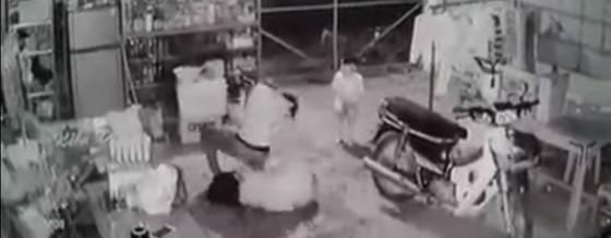 Khởi tố vụ chồng vũ phu dìm vợ xuống nước rồi kéo lên đánh tát dã man trước mặt con nhỏ - ảnh 2