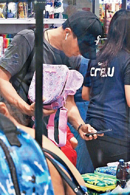 Lưu Khải Uy cặm cụi đi sắm đồ dùng học tập toàn màu hồng cho con gái mặc lùm xùm bị Dương Mịch chỉ trích hôn nhân - Ảnh 1.