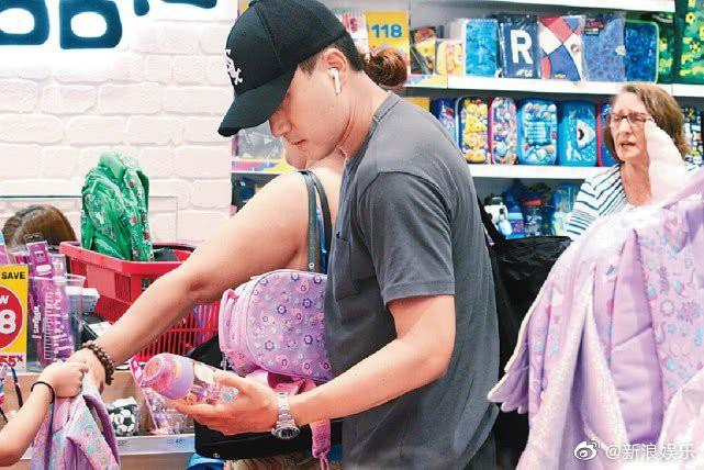 Lưu Khải Uy cặm cụi đi sắm đồ dùng học tập toàn màu hồng cho con gái mặc lùm xùm bị Dương Mịch chỉ trích hôn nhân - Ảnh 4.
