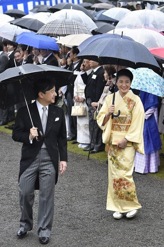 Vừa công bố ảnh lịch của năm, Hoàng hậu Nhật Bản đã gây sốt với vẻ đẹp vượt thời gian, mặc lại đồ cũ 22 năm vẫn thần thái ngút ngàn - ảnh 4