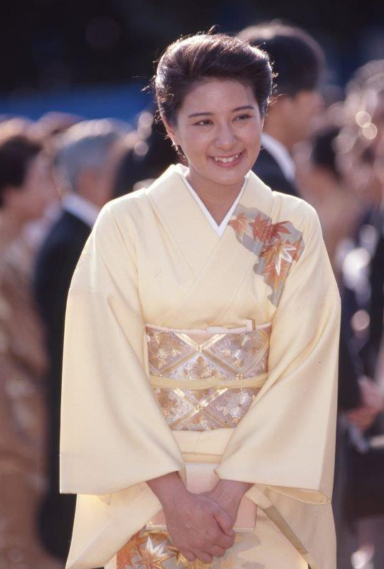 Vừa công bố ảnh lịch của năm, Hoàng hậu Nhật Bản đã gây sốt với vẻ đẹp vượt thời gian, mặc lại đồ cũ 22 năm vẫn thần thái ngút ngàn - ảnh 5