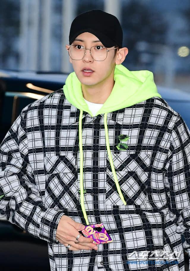 Báo chí và fan quốc tế sốc trước cảnh Sehun - Chanyeol (EXO) méo mó, bị bóp nghẹt vì biển fan đông nghẹt thở ở Nội Bài - Ảnh 7.