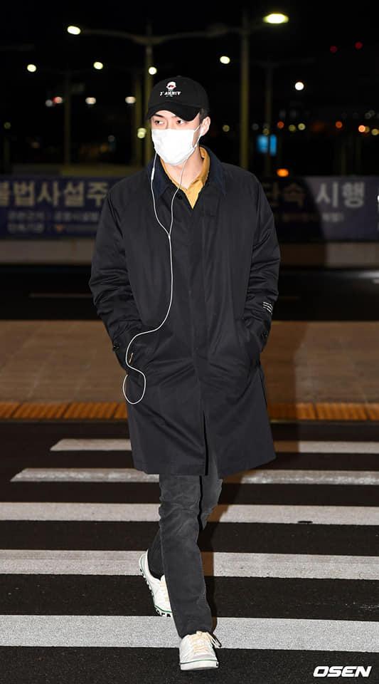 Báo chí và fan quốc tế sốc trước cảnh Sehun - Chanyeol (EXO) méo mó, bị bóp nghẹt vì biển fan đông nghẹt thở ở Nội Bài - Ảnh 8.