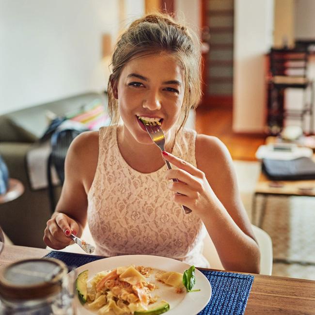 4 tips giúp bạn ăn ít đi, áp dụng từ giờ thì không lo phát tướng sau Tết, có khi còn gầy hẳn - ảnh 3