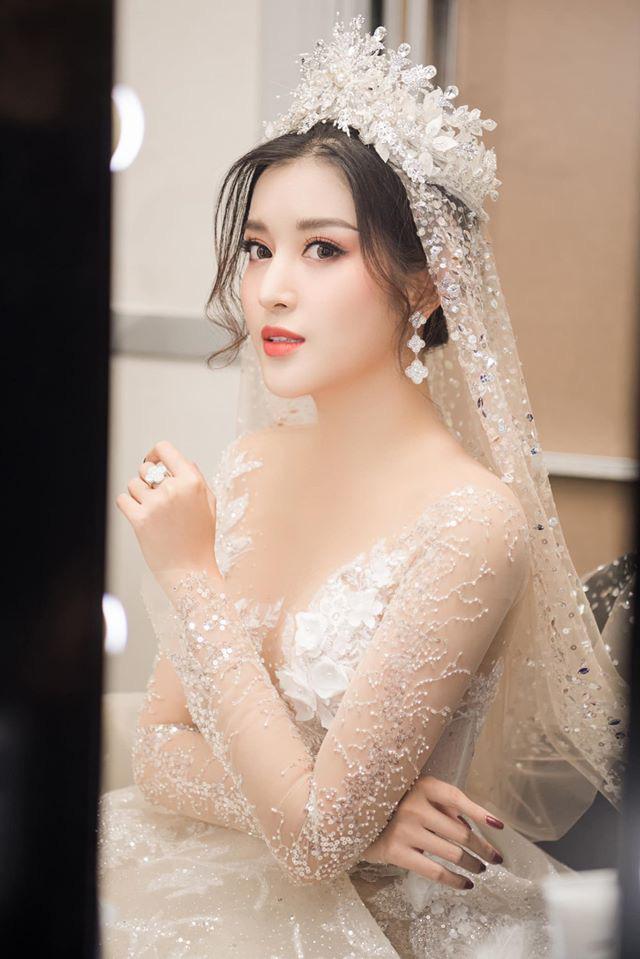 Huyền My tung loạt ảnh hoá cô dâu cực lộng lẫy nhưng khuôn mặt ngày càng lạ sau 5 năm đăng quang mới gây chú ý! - ảnh 7