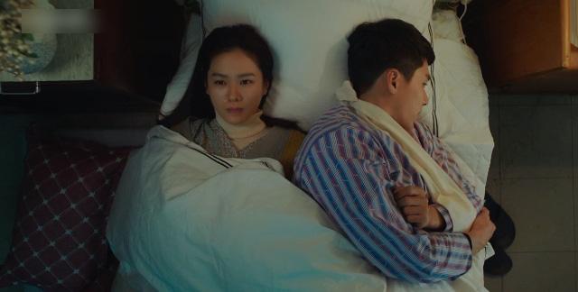 Hạt sạn oái oăm ở cảnh giường chiếu của Crash Landing On You: Huyn Bin đè lên vết thương vì ham ngủ chung với crush? - ảnh 3