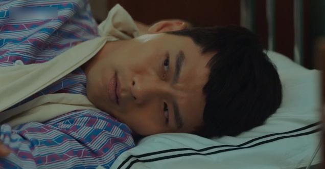 Hạt sạn oái oăm ở cảnh giường chiếu của Crash Landing On You: Huyn Bin đè lên vết thương vì ham ngủ chung với crush? - ảnh 4