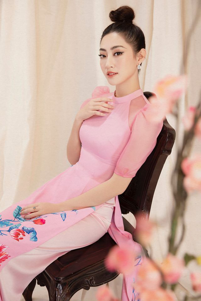 Bộ ảnh mới đong đầy sắc xuân của Lương Thuỳ Linh: Diện áo dài nền nã, túi búi cao khoe nhan sắc cực xinh đẹp! - ảnh 4