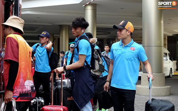 Chuyến bay bị delay, U23 Việt Nam gian nan trên đường trở về nước - ảnh 1