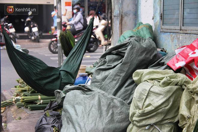 Giá thịt heo tăng cao, chợ lá dong ở Sài Gòn đìu hiu vì sức mua giảm 40%, tiểu thương mắc võng ngủ giữa ban ngày - ảnh 9
