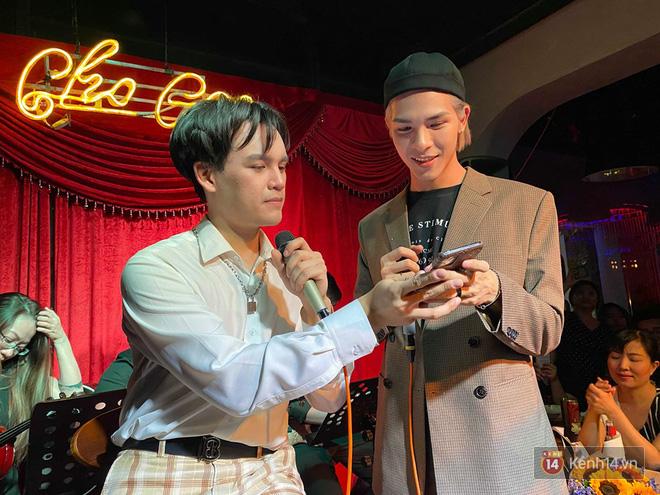 Nguyễn Trần Trung Quân ngẫu hứng hát Từ Đó, Denis Đặng lần đầu tiên khoe giọng hát qua bản hit một thời của Bích Phương! - ảnh 1
