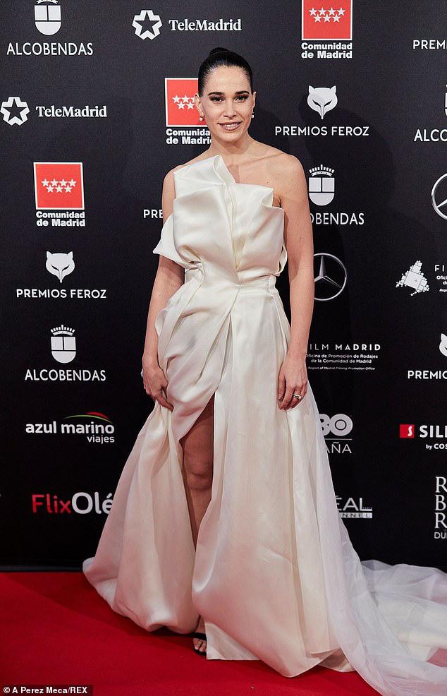 Sự cố váy áo gây đỏ mặt nhất đầu năm 2020: Nữ diễn viên lộ nguyên tòa thiên nhiên trong niềm vui chiến thắng - ảnh 2