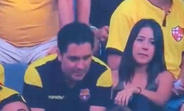 Góc đen đủi: Bị camera quay được cảnh hôn gái lạ trên khán đài, fan bóng đá bị vợ đá tức khắc vì tội cắm sừng - Ảnh 3.