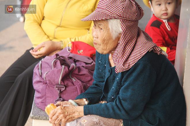 Người dân ùn ùn rời Sài Gòn về miền Tây ăn Tết khiến bến xe chật cứng, nhiều người ngủ gục trước giờ ra xe - ảnh 10