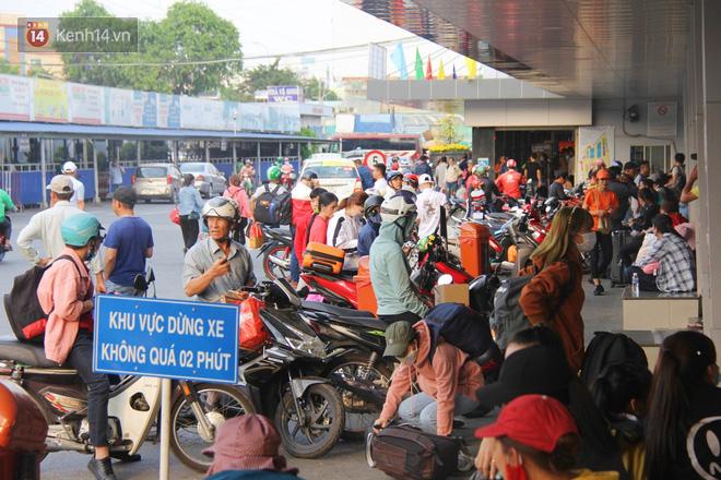 Người dân ùn ùn rời Sài Gòn về miền Tây ăn Tết khiến bến xe chật cứng, nhiều người ngủ gục trước giờ ra xe - ảnh 2
