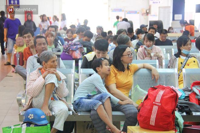Ảnh: Hàng trăm người đem chiếu nằm ngủ, vật vờ đợi tàu về quê ăn Tết giữa cái nóng gay gắt tại ga Sài Gòn - ảnh 1