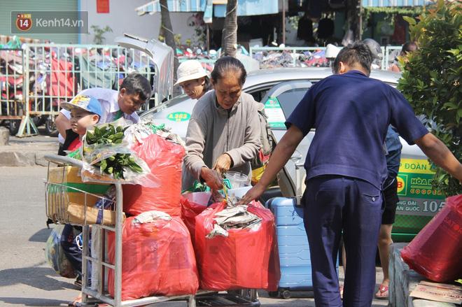 Ảnh: Hàng trăm người đem chiếu nằm ngủ, vật vờ đợi tàu về quê ăn Tết giữa cái nóng gay gắt tại ga Sài Gòn - ảnh 16