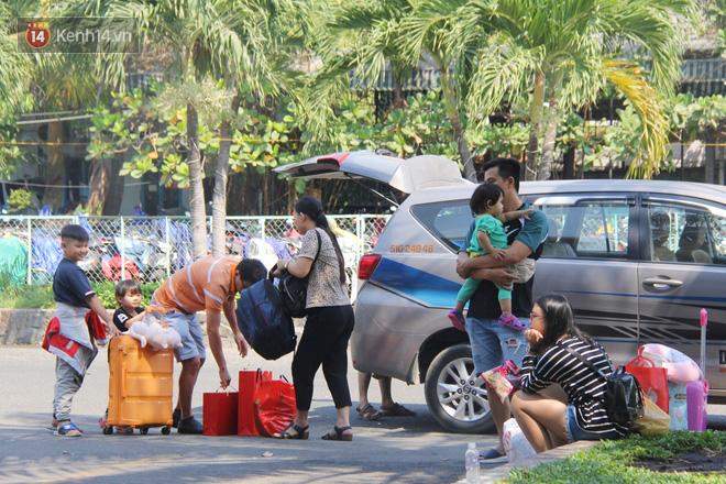 Ảnh: Hàng trăm người đem chiếu nằm ngủ, vật vờ đợi tàu về quê ăn Tết giữa cái nóng gay gắt tại ga Sài Gòn - ảnh 8
