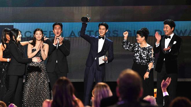 Đẳng cấp bạn thân hậu sao Kí Sinh Trùng thắng giải lớn: Park Seo Joon và V (BTS) thi nhau dìm hàng chúc mừng Choi Woo Sik - ảnh 2