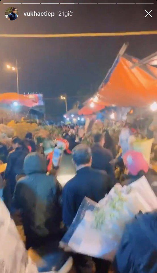Ra Hà Nội dịp Tết, Vũ Khắc Tiệp cũng đi chợ hoa đêm như ai, không biết có quay vlog luôn không nhỉ? - Ảnh 2.