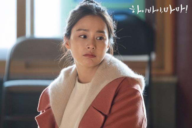 """Kim Tae Hee trong phim mới: 40 tuổi mà như """"lão hóa ngược"""" về những năm đôi mươi nhờ kết thân với kiểu tóc búi củ tỏi - ảnh 3"""