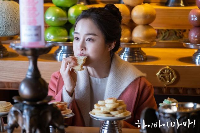 """Kim Tae Hee trong phim mới: 40 tuổi mà như """"lão hóa ngược"""" về những năm đôi mươi nhờ kết thân với kiểu tóc búi củ tỏi - ảnh 5"""