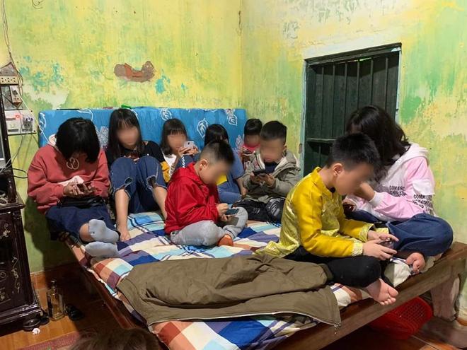 Hình ảnh hàng chục đứa trẻ ngồi túm tụm trên giường, yên lặng dán mắt vào smartphone khi đi chúc Tết ngày mùng 1 khiến nhiều người giật mình - Ảnh 2.