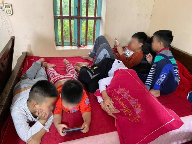 Hình ảnh hàng chục đứa trẻ ngồi túm tụm trên giường, yên lặng dán mắt vào smartphone khi đi chúc Tết ngày mùng 1 khiến nhiều người giật mình - Ảnh 3.