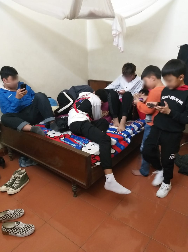 Hình ảnh hàng chục đứa trẻ ngồi túm tụm trên giường, yên lặng dán mắt vào smartphone khi đi chúc Tết ngày mùng 1 khiến nhiều người giật mình - Ảnh 4.