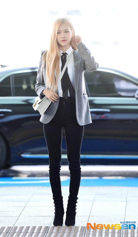 Rosé (BLACKPINK) gây sốt tại sân bay ngày đầu năm: Khí chất quyền lực tựa nữ CEO, không hở vẫn khoe trọn body mãn nhãn - ảnh 1