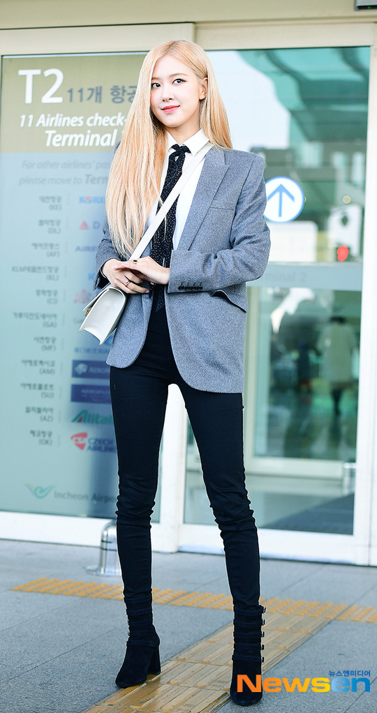 Rosé (BLACKPINK) gây sốt tại sân bay ngày đầu năm: Khí chất quyền lực tựa nữ CEO, không hở vẫn khoe trọn body mãn nhãn - ảnh 2
