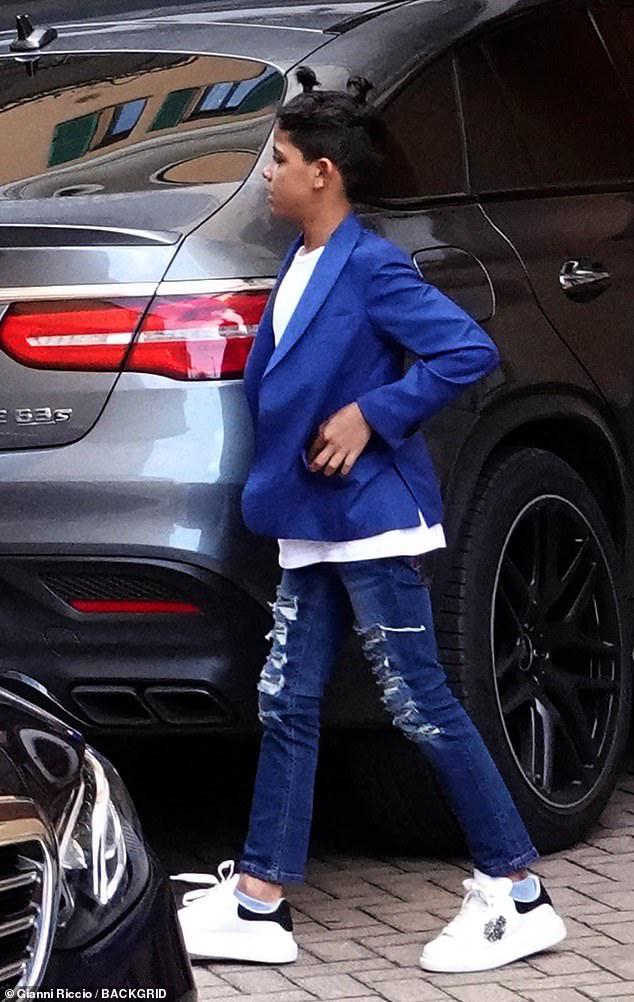 Bạn gái Ronaldo xuất hiện chớp nhoáng trên phố nhưng bị dò ngay ra giá tiền chiếc áo đang mặc: Con số chẳng thấm vào đâu so với lương của CR7 - ảnh 4