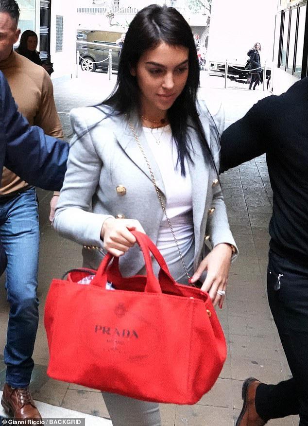 Bạn gái Ronaldo xuất hiện chớp nhoáng trên phố nhưng bị dò ngay ra giá tiền chiếc áo đang mặc: Con số chẳng thấm vào đâu so với lương của CR7 - ảnh 2