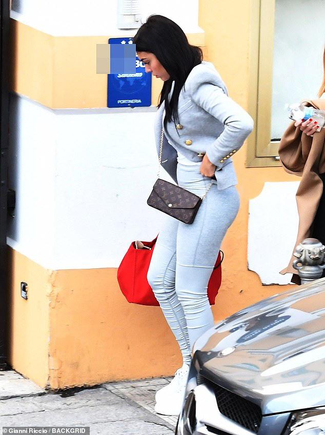 Bạn gái Ronaldo xuất hiện chớp nhoáng trên phố nhưng bị dò ngay ra giá tiền chiếc áo đang mặc: Con số chẳng thấm vào đâu so với lương của CR7 - ảnh 3
