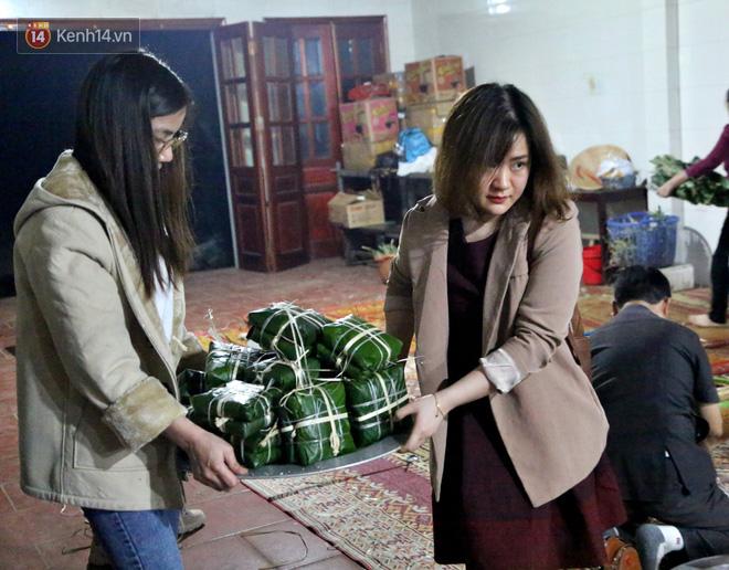 Người Hà Nội tập trung tại chùa, trắng đêm nấu bánh chưng gửi đến đồng bào miền Trung  - Ảnh 15.