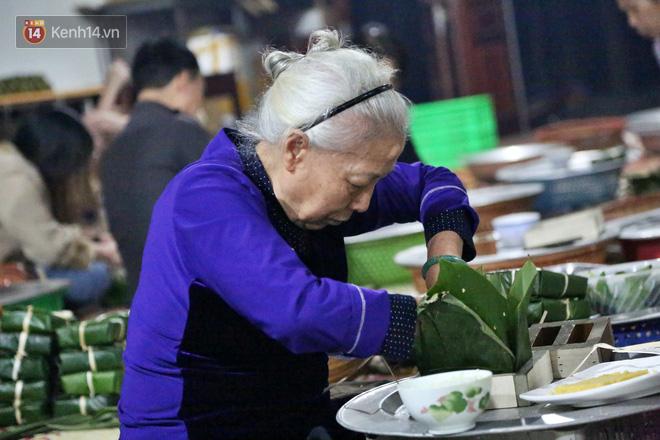 Người Hà Nội tập trung tại chùa, trắng đêm nấu bánh chưng gửi đến đồng bào miền Trung  - Ảnh 12.