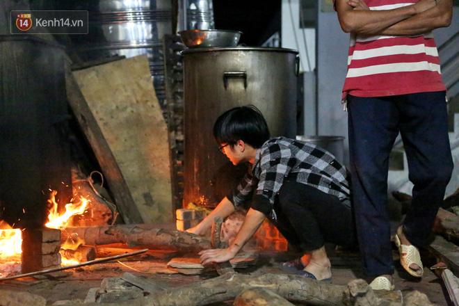 Người Hà Nội tập trung tại chùa, trắng đêm nấu bánh chưng gửi đến đồng bào miền Trung  - Ảnh 17.