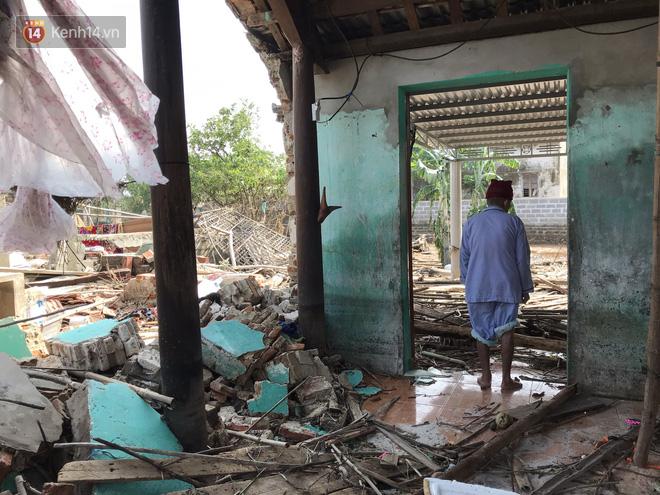Ảnh: Nước lũ cuốn trôi nhiều căn nhà, người dân Quảng Bình cố tìm kiếm chút tài sản còn sót lại trong vô vọng - Ảnh 7.