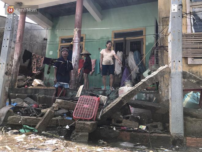 Ảnh: Nước lũ cuốn trôi nhiều căn nhà, người dân Quảng Bình cố tìm kiếm chút tài sản còn sót lại trong vô vọng - Ảnh 1.