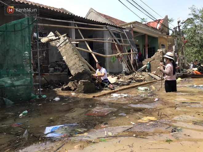 Ảnh: Nước lũ cuốn trôi nhiều căn nhà, người dân Quảng Bình cố tìm kiếm chút tài sản còn sót lại trong vô vọng - Ảnh 2.