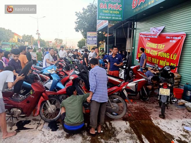 Tình người nơi lũ dữ đi qua: Hàng ngàn xe máy hỏng vì chìm trong biển nước, nhóm thợ tình nguyện sửa miễn phí cho bà con - Ảnh 7.
