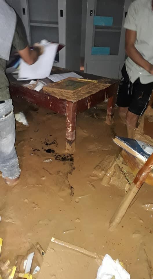 Trường học ở Quảng Trị sau khi sạt núi ập đến: Bùn đất bám dày 1 mét, thầy cô phải băng rừng đến lớp - Ảnh 4.