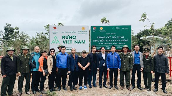 Hà Anh Tuấn cùng công ty trồng 1800 cây rừng giúp người dân chống lũ - Ảnh 2.