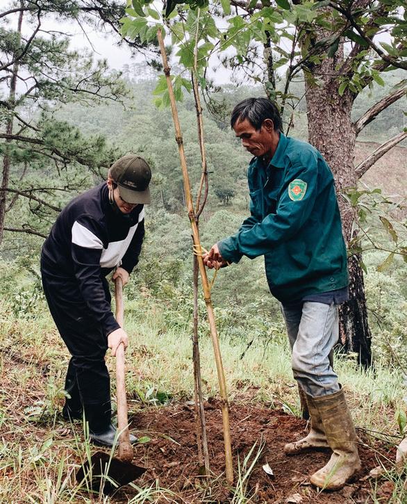 Hà Anh Tuấn cùng công ty trồng 1800 cây rừng giúp người dân chống lũ - Ảnh 3.