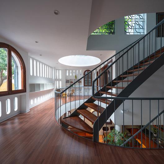 Giữa lòng Hà Nội lại có căn nhà ngập tràn ánh sáng và cây cỏ đáng ngưỡng mộ như thế này đây - Ảnh 3.