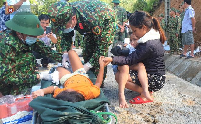 Vụ sạt lở vùi lấp cả ngôi làng ở Trà Leng: Cô giáo chết lặng nhặt từng tấm giấy khen lấm lem bùn đất của 4 học trò gặp nạn - Ảnh 5.