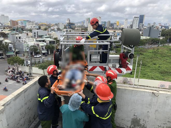 Chống thấm mái nhà sau bão, 1 người bị điện giật tử vong - Ảnh 1.